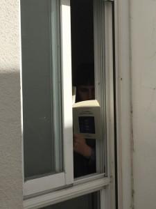 Rocío Niebla asomada a una ventana y sujetando el último libro de Luisgé Martín.
