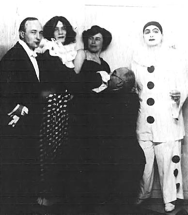 De izq. a derecha: Robert Musil, Ea von Allesch, Martha Musil y, arrodillado, Franz Blei. No se ha podido identificar al arlequín.
