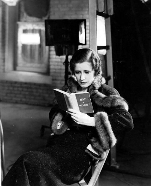 Irene Dunn leyendo en el set de Back Street, 1932.
