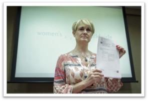 Ángela González Carreño muestra en 2014 el texto de la condena de la CEDAW a España.
